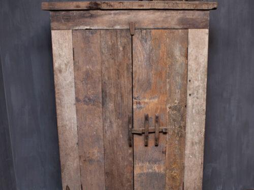 Landelijke kast van oud hout